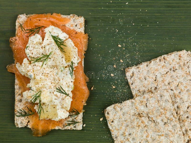 Salmon With Potato Salad fumé sur le pain croustillant de Rye photos stock