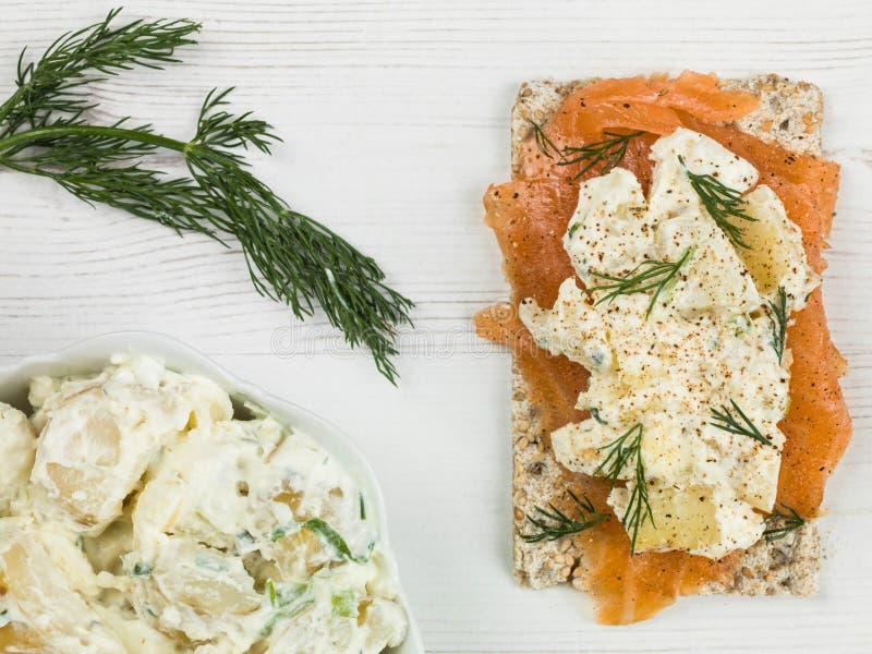 Salmon With Potato Salad fumé sur le pain croustillant de Rye images libres de droits