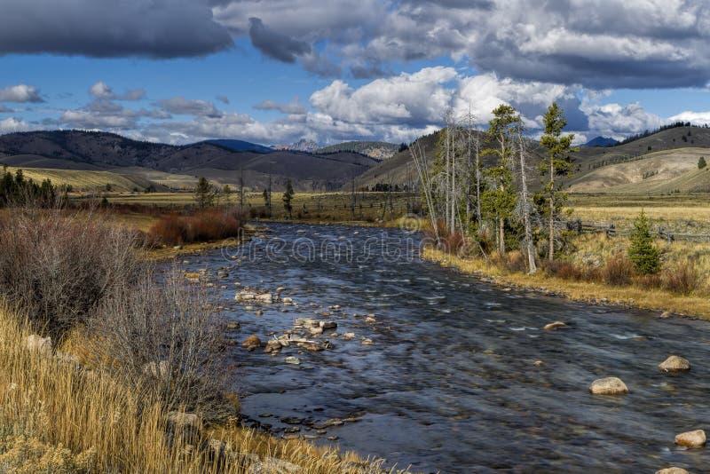 Salmon River que conduz a Stanley, Idaho imagem de stock