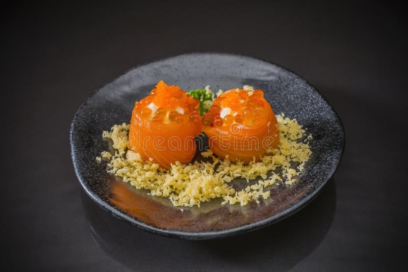 Salmon Roll com queijo creme e tempura fotos de stock royalty free