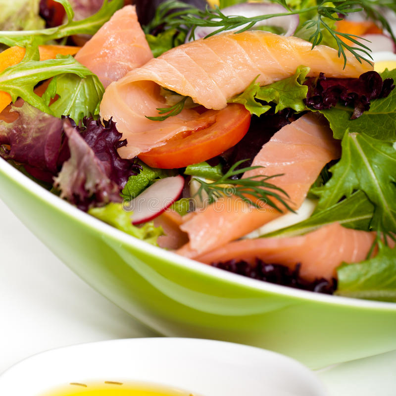 Salmon Salad affumicato fotografie stock libere da diritti