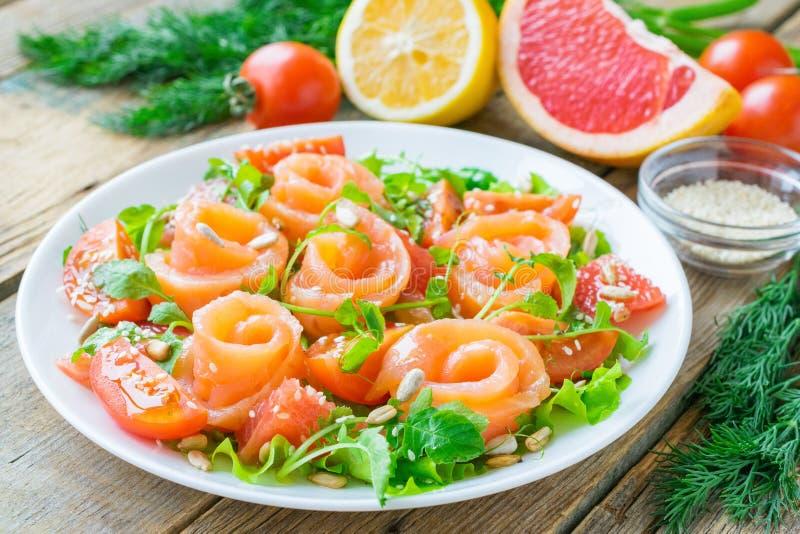 Salmon Salad avec le pamplemousse et le Cherry Tomatoes photographie stock libre de droits