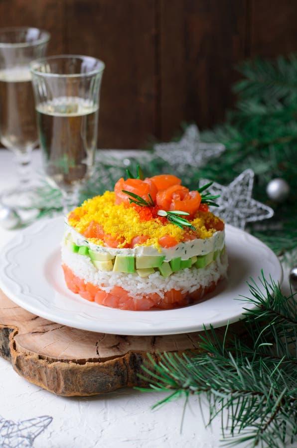 Salmon Salad, Feestelijke Gelaagde Salade, het Voorgerecht van de de Wintervakantie stock afbeeldingen