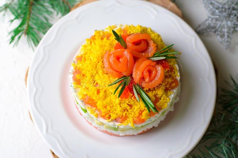 Salmon Salad, Feestelijke Gelaagde Salade, het Voorgerecht van de de Wintervakantie royalty-vrije stock afbeeldingen