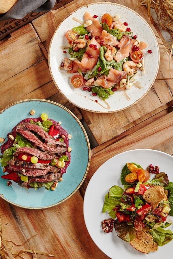 Salmon Salad, Steak-Salat und gegrillter Gemüsesalat lizenzfreies stockfoto