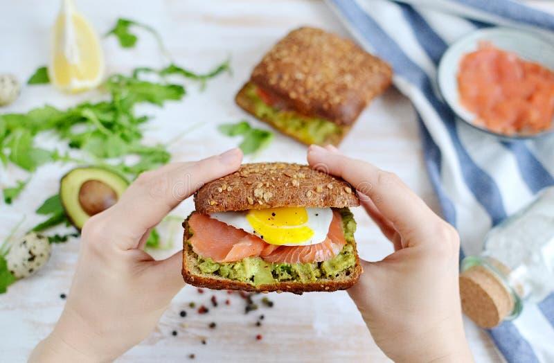 Salmon Sandwich affumicato con l'uovo di quaglia e dell'avocado fotografie stock