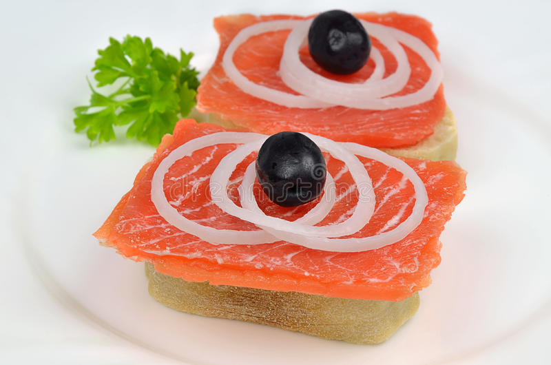 Salmon Sandwiches med lökar och svarta oliv royaltyfri foto