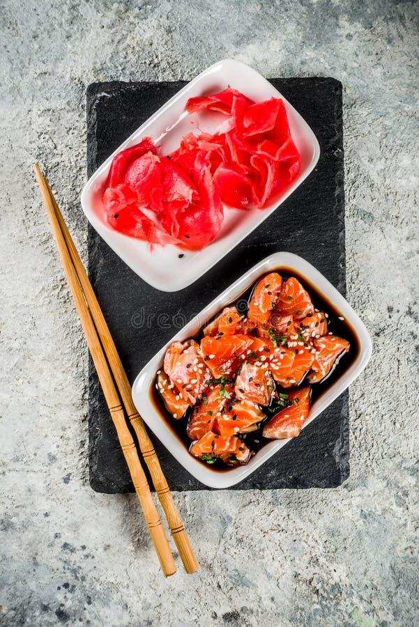 Salmon Sashimi in der Marinade stockfotos