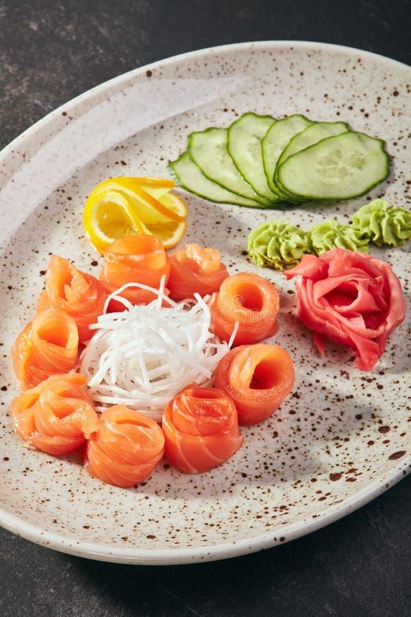 Salmon Sashimi med Daikon royaltyfria foton