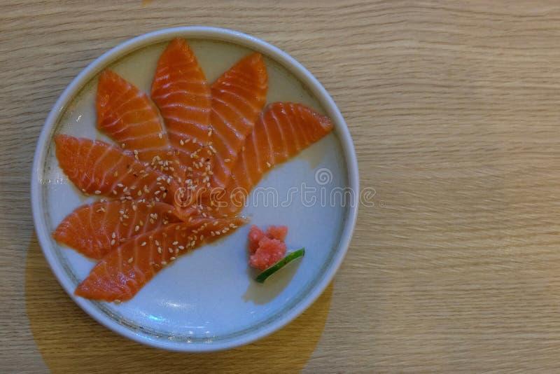 Salmon Sashimi med den vita plattan på träbakgrund fotografering för bildbyråer