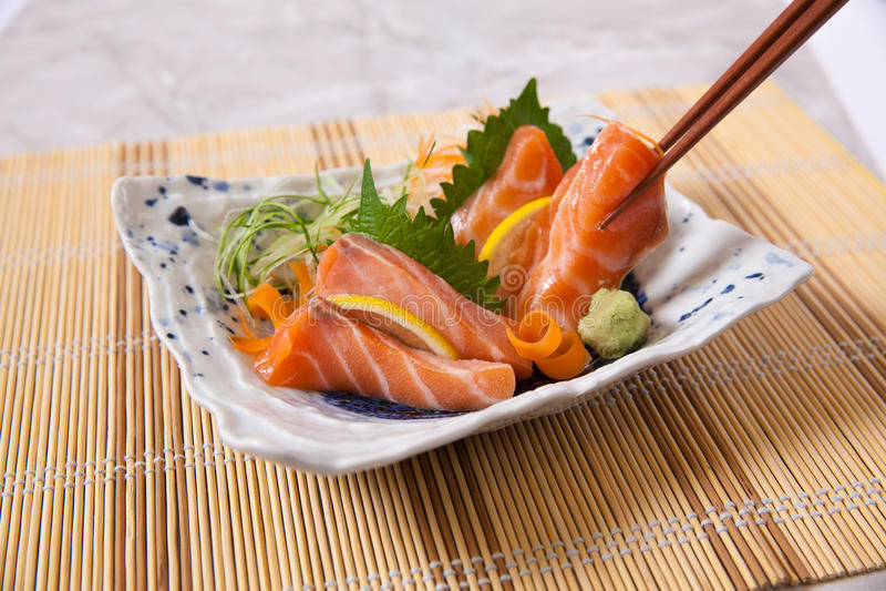 Salmon Sashimi met eetstokjes stock afbeeldingen