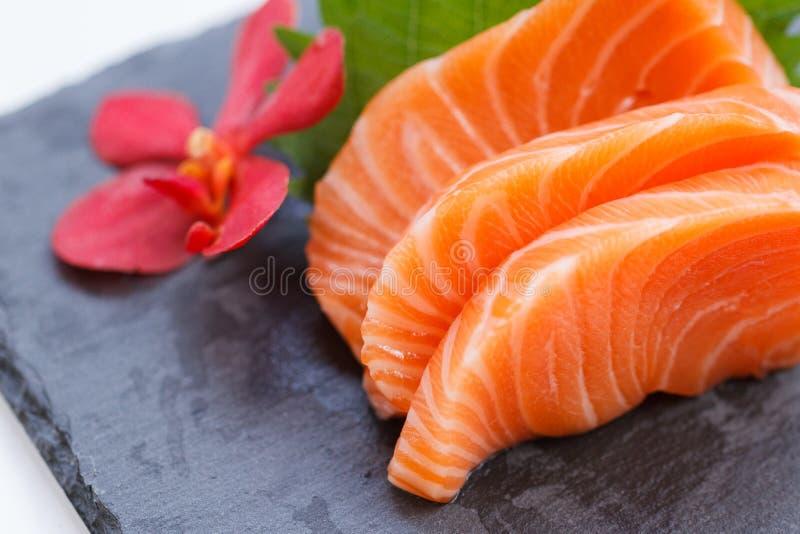 Salmon Sashimi: Salmon Served crudo affettato con il ravanello affettato sul piatto di pietra fotografia stock