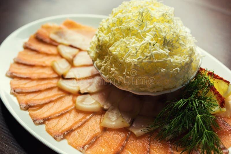 Salmon Sashimi Served affettato sottile, pesce salato affettato su un piatto immagine stock libera da diritti