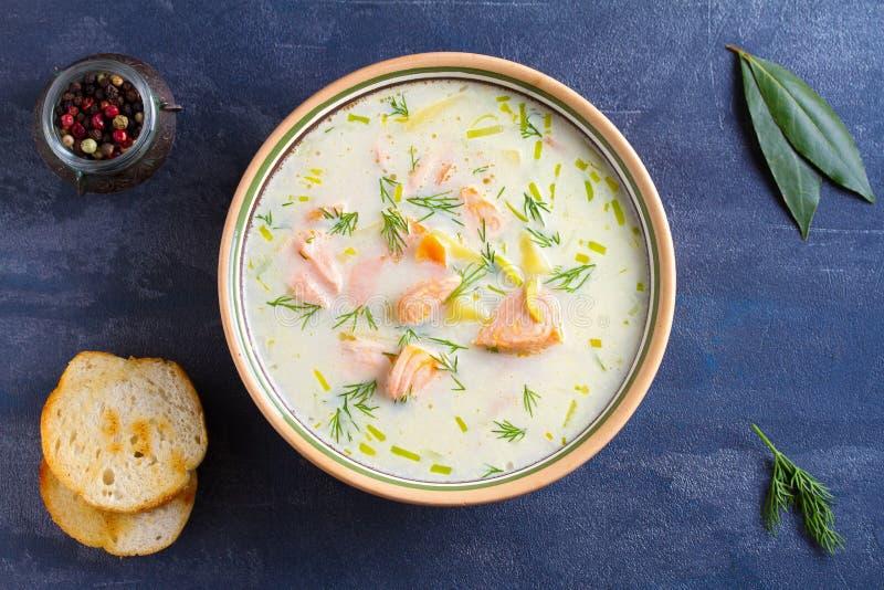 Salmon Soup Krämig hurtig laxfisksoppa Rent äta som är sunt och, bantar matbegrepp royaltyfria bilder