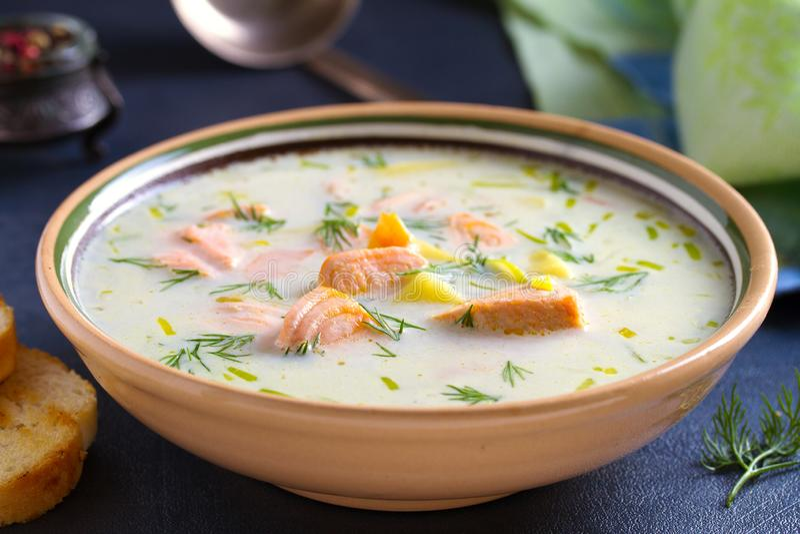 Salmon Soup Sahnige herzliche Lachsfischsuppe Säubern Sie essen, gesundesund Diätlebensmittelkonzept stockfoto