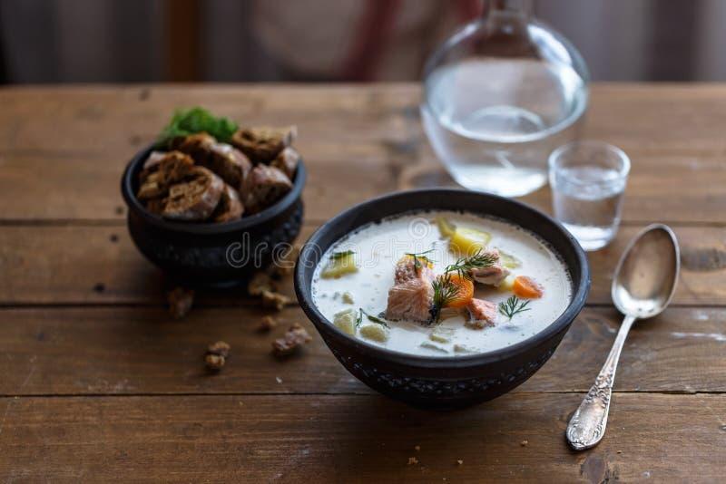 Salmon Soup Sopa finlandesa dos salmões com Lohikeitto de creme imagem de stock