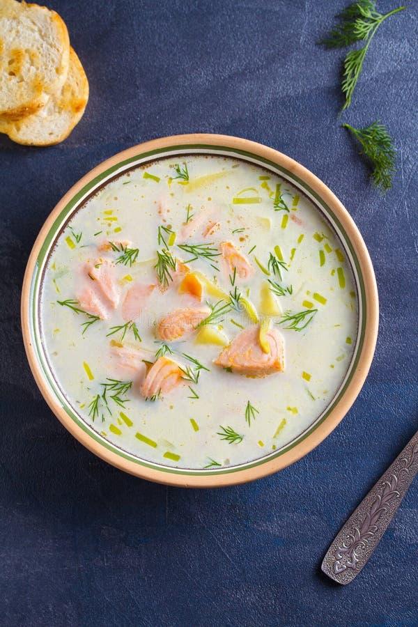 Salmon Soup Soupe saumonée chaleureuse crémeuse à poissons Nettoyez le concept de consommation, sain et de régime de nourriture image stock