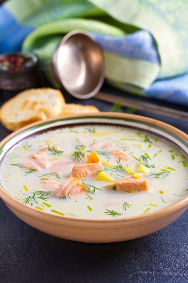 Salmon Soup Soupe saumonée chaleureuse crémeuse à poissons Nettoyez le concept de consommation, sain et de régime de nourriture images libres de droits