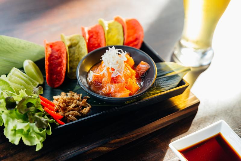Salmon Spicy Salad cru serviu com as microplaquetas friáveis vermelhas e verdes para o canape e a cerveja fria fotos de stock royalty free