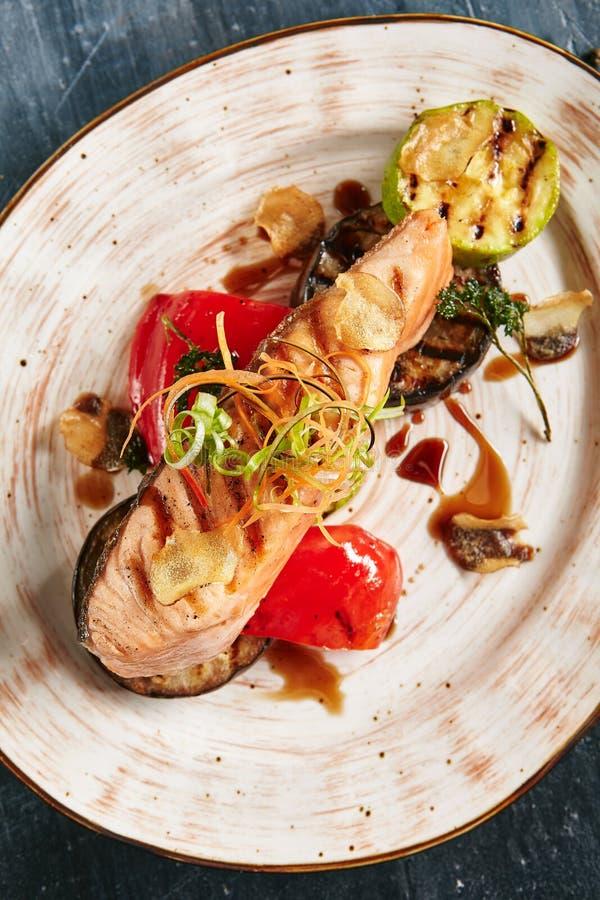 Salmon Steak asado a la parrilla o prendedero de pescados rojo en verduras del Bbq imagen de archivo libre de regalías