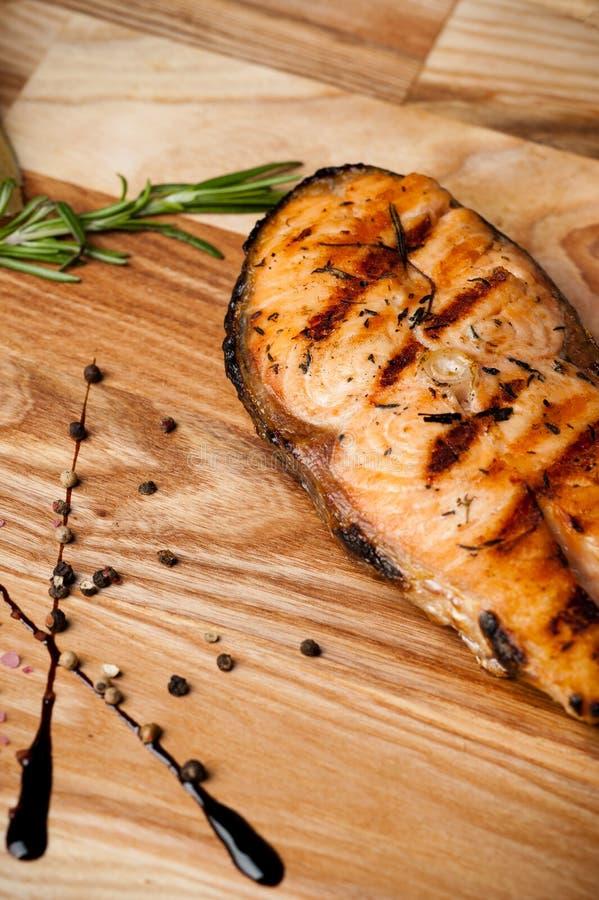 Salmon Steak asado a la parrilla asado Salmones con romero en un tablero de madera fotografía de archivo libre de regalías