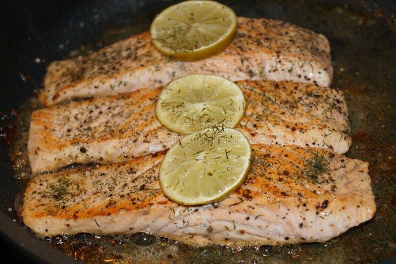 Salmon Steak con i gamberetti fotografia stock