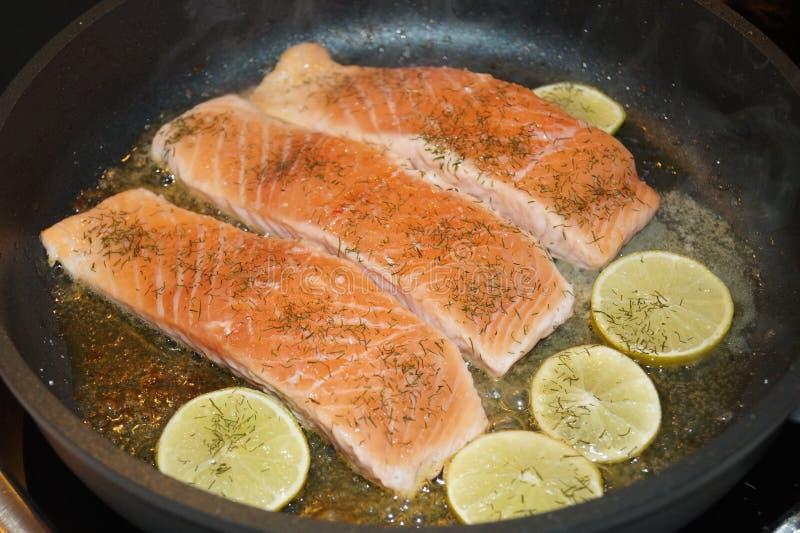 Salmon Steak con i gamberetti immagini stock libere da diritti
