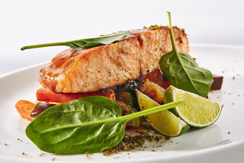 Salmon Steak con la ensalada caliente de las verduras foto de archivo libre de regalías