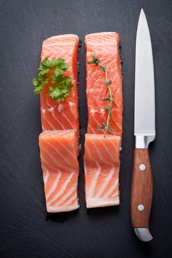 Salmon Steak en pizarra imagenes de archivo