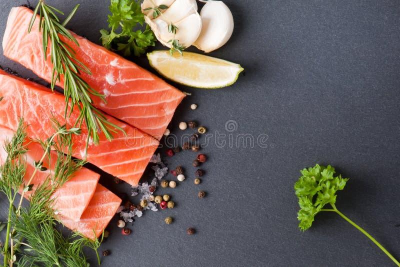 Salmon Steak en pizarra fotos de archivo