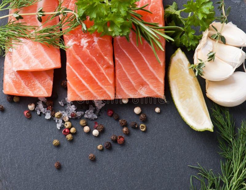 Salmon Steak en pizarra imágenes de archivo libres de regalías