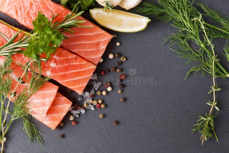 Salmon Steak en pizarra imagen de archivo