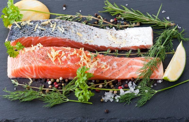 Salmon Steak en pizarra fotografía de archivo