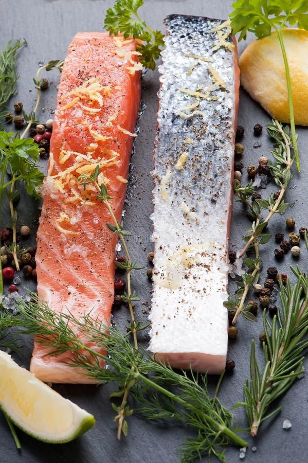 Salmon Steak en pizarra imagen de archivo libre de regalías