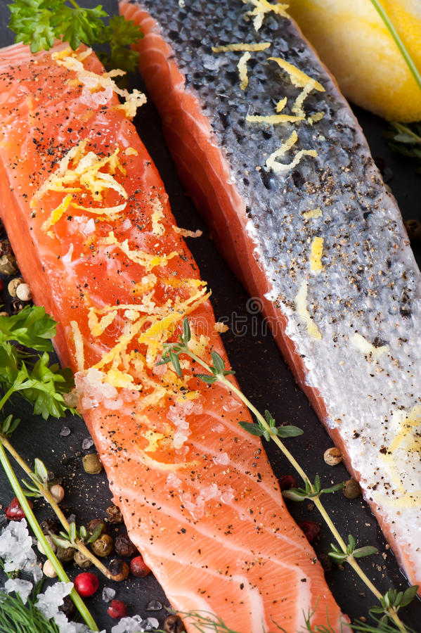 Salmon Steak en pizarra fotografía de archivo libre de regalías