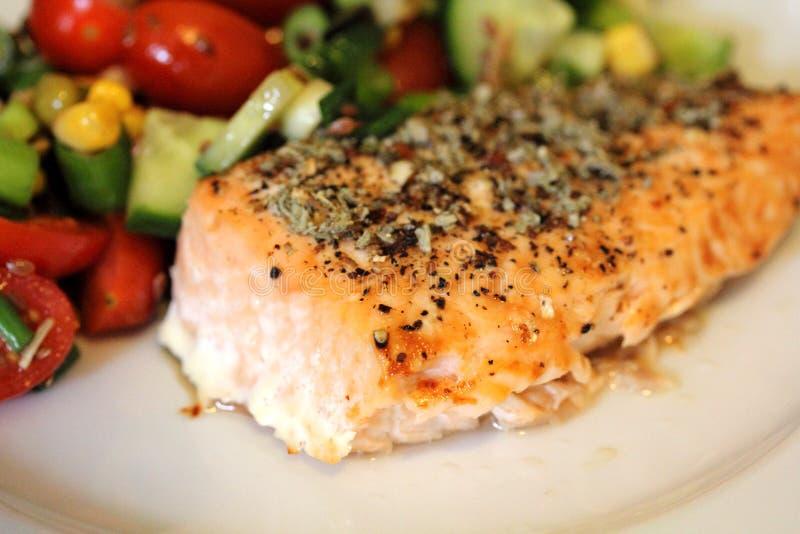 Salmon Steak met Salade royalty-vrije stock fotografie