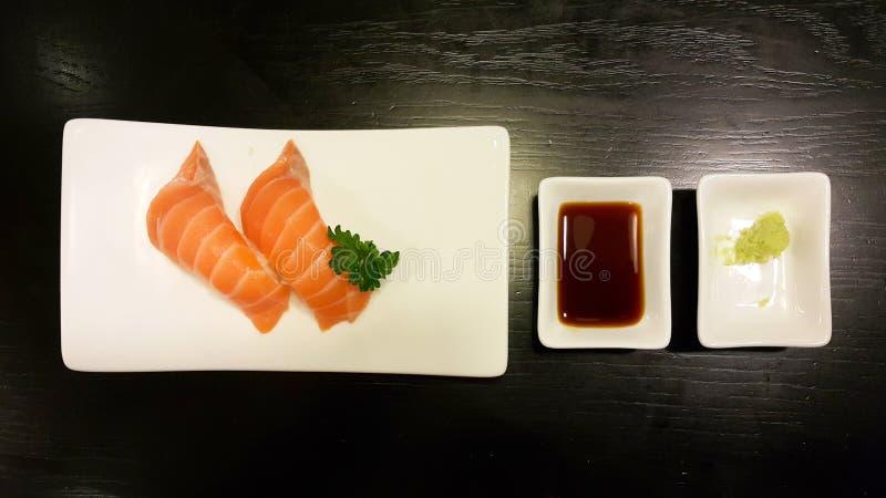 Salmon Sushi av den vita plattan royaltyfria bilder