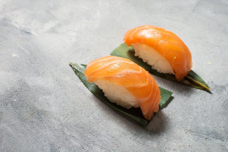 Salmon Sushi classique sur le fond concret images stock