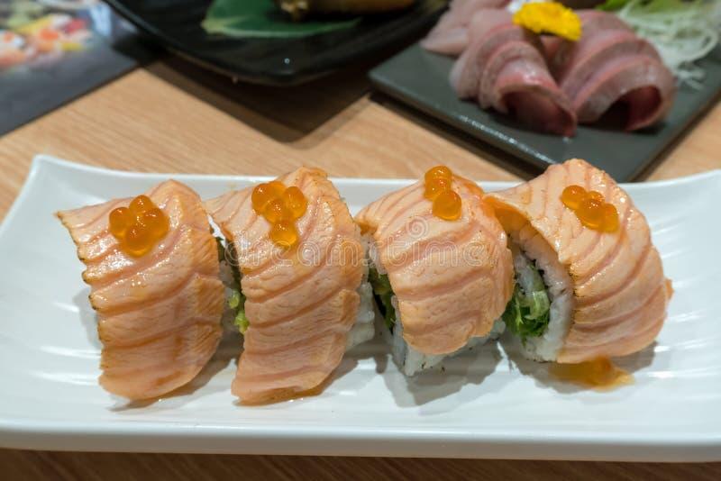 Salmon Sushi Nigiri Roll Closeup chamuscado imagenes de archivo
