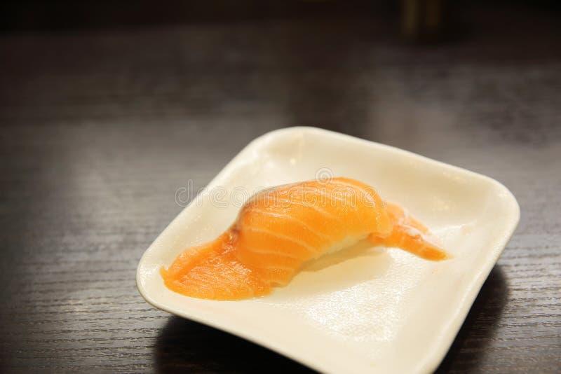 Salmon Sushi no restaurante de sushi japonês imagem de stock royalty free
