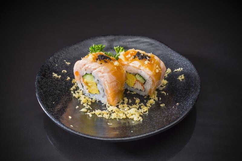Salmon Sushi-Roll com molho e Tempura, alimento japonês fotografia de stock royalty free