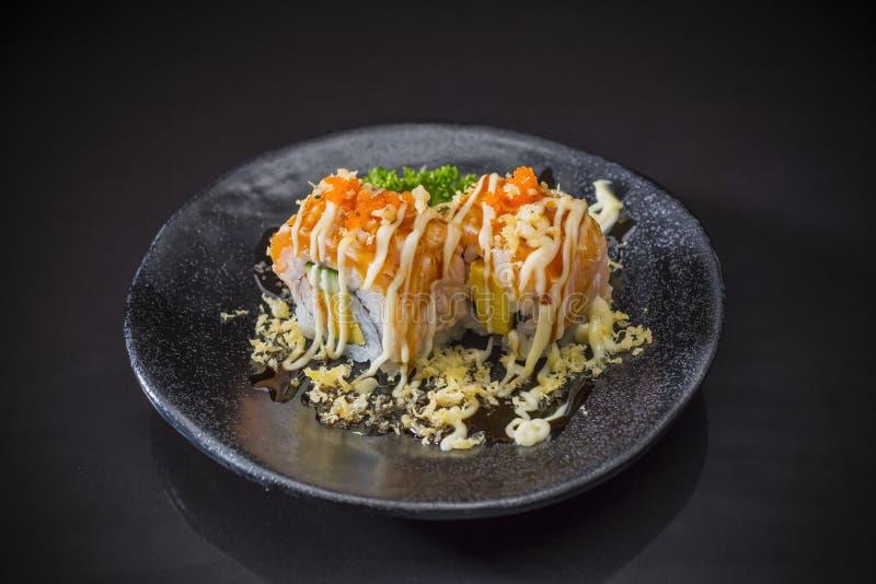 Salmon Sushi Roll com Tempura e molho imagens de stock