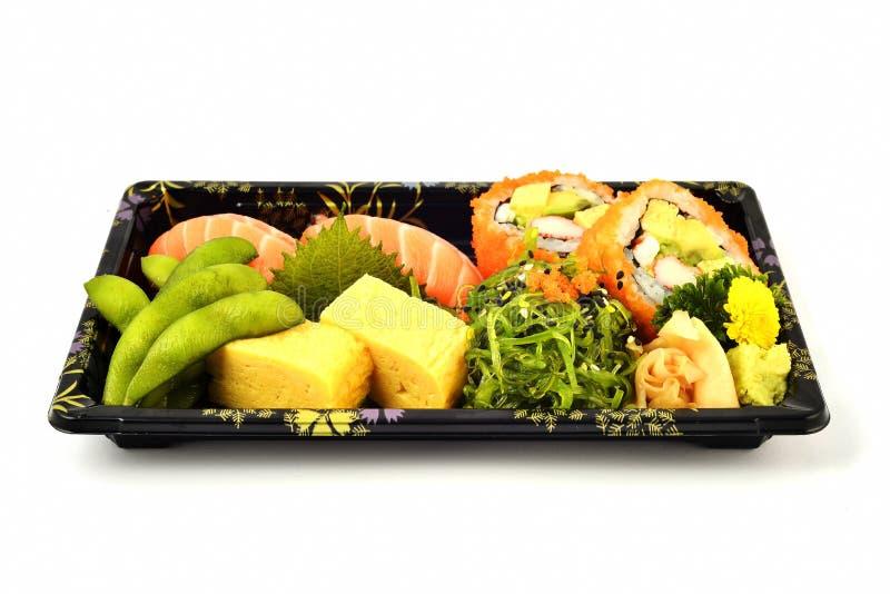Salmon Sushi- und Kalifornien- Maki und Tamoko-tamago füllen mit japanischem Traditionslebensmittel der Taubenerbse und des würzi lizenzfreie stockfotos
