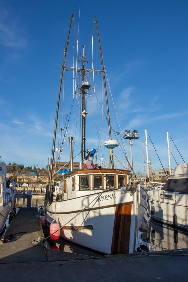 Salmon Trawler koppelte an Fischer ` s Anschluss in Seattle Washington an stockfotos
