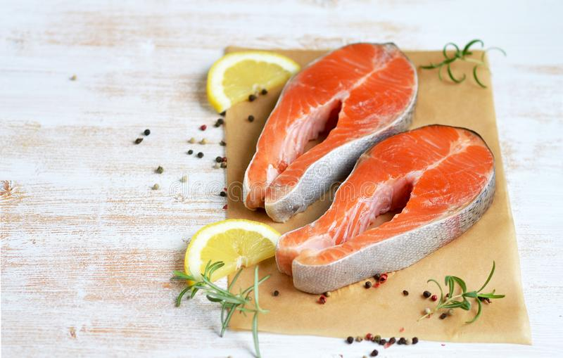 Salmon Trout Fish Cooking Raw filépeppar salta Olive Oil Rosemary royaltyfri foto