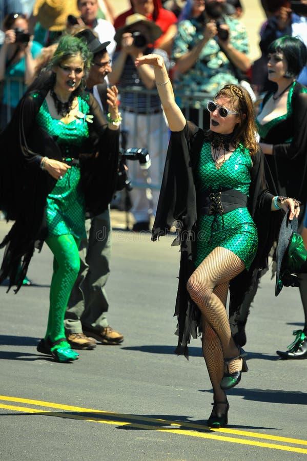 Salmon Witch Tryals participa na 36th parada anual da sereia em Coney Island imagens de stock