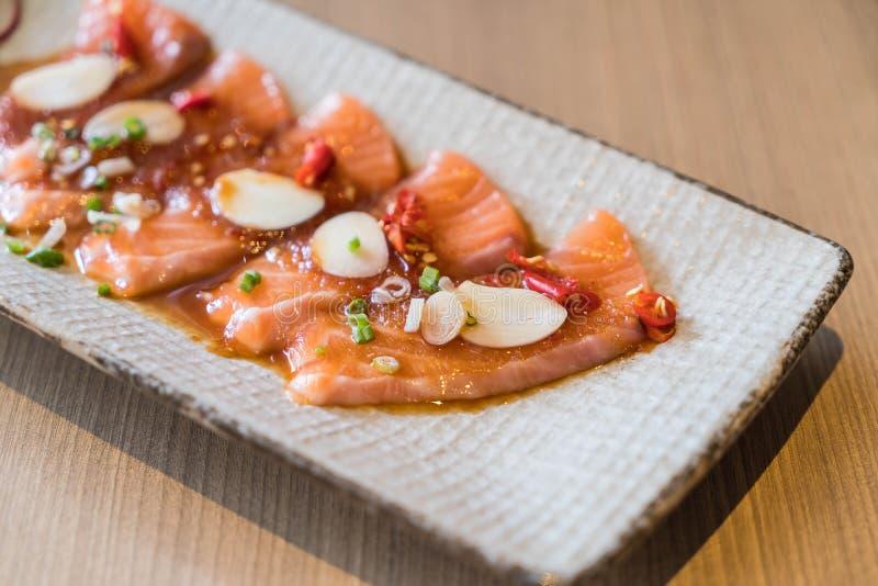 salmone affettato piccante immagini stock