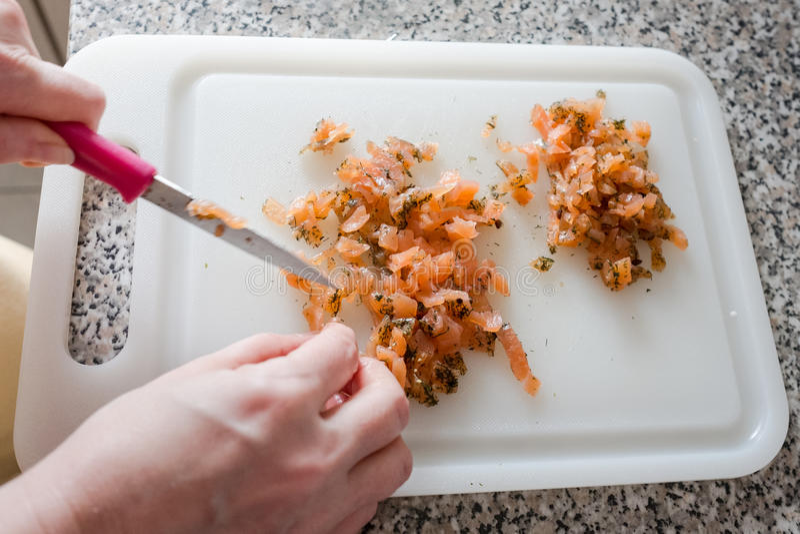 Salmone affumicato crudo su un tagliere fotografie stock libere da diritti