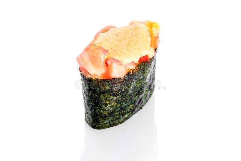 Salmone affumicato dei sushi di Gunkan e salsa piccante fotografie stock