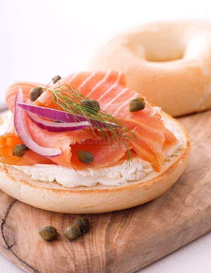 Salmone affumicato e bagel con formaggio cremoso fotografia stock
